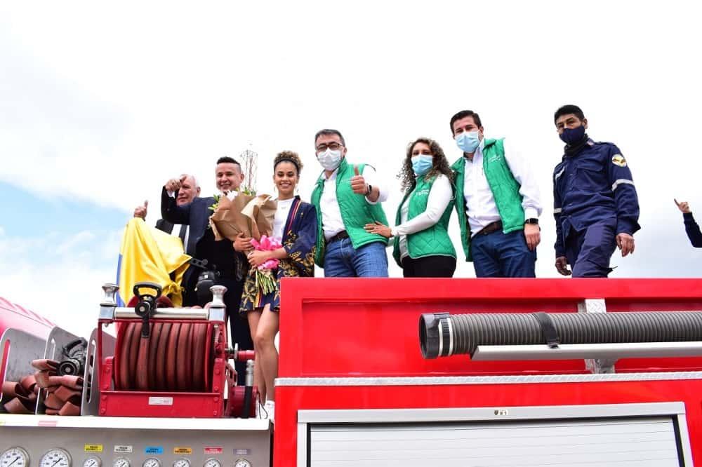 La taekwondista olímpica Andrea Ramírez, con el alcalde de Sogamoso y la gestora social de la ciudad, entre otros, en su recibimiento. Foto: archivo particular