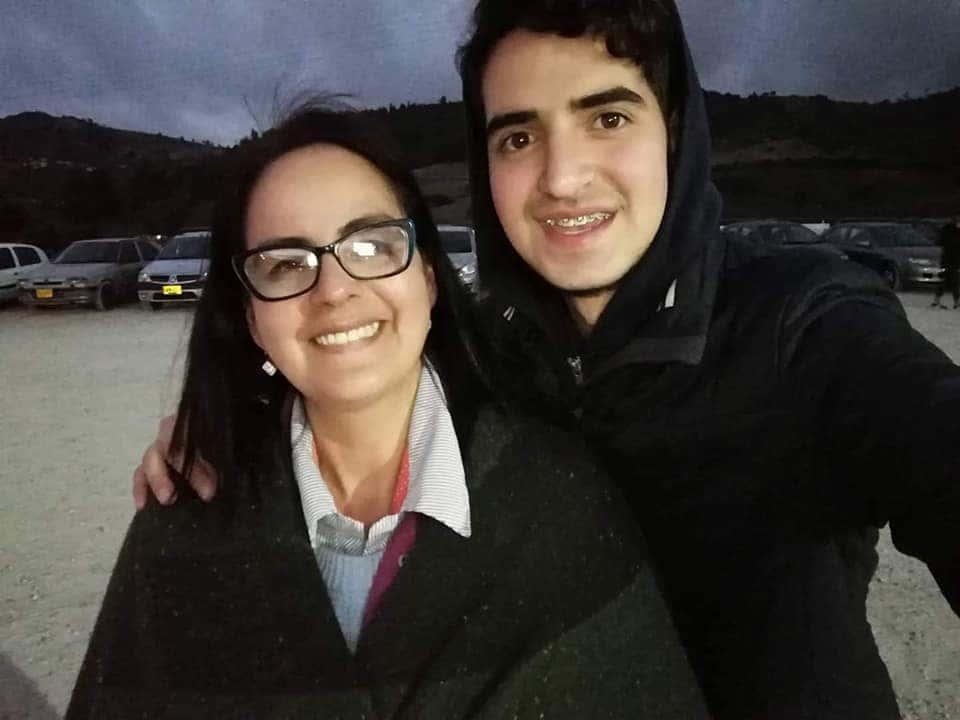 Sofia Fonseca, junto a su hijo, el vocalista Eduardo Botero. Fotografía Archivo particular