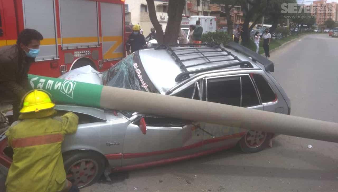 Aparatoso accidente de vehículo que chocó contra un poste en el norte de Sogamoso 1