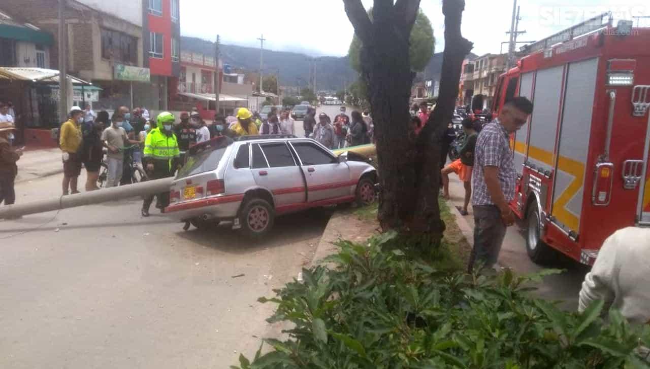 Aparatoso accidente de vehículo que chocó contra un poste en el norte de Sogamoso 2