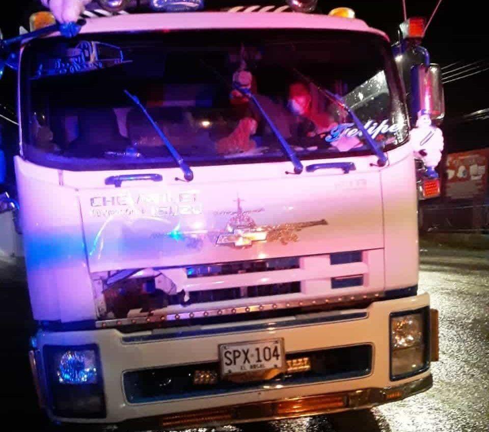 Este es el camión comprometido en el accidente en el que tres jóvenes resultaron heridos. Foto: archivo particular