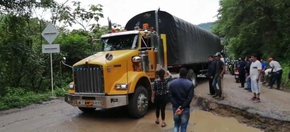 Esta mañana se permitió el tránsito de vehículos represados, pero a esta hora la vía Sogamoso - Aguazul permanece cerrada. Foto: archivo particular