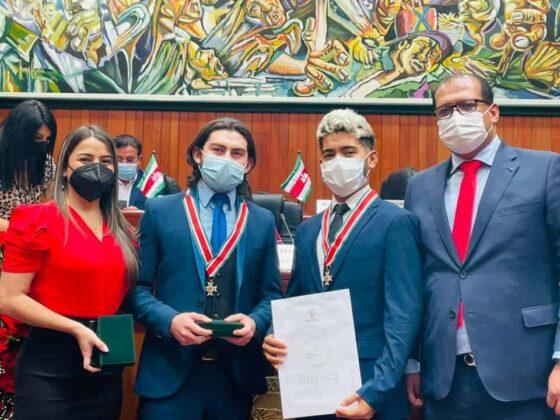 En la fotografía los diputadosÁngela Velandia y Alexander Serrato junto a los exaltados, los integrantes del Trio Juventud. Fotografía- Archivo particular