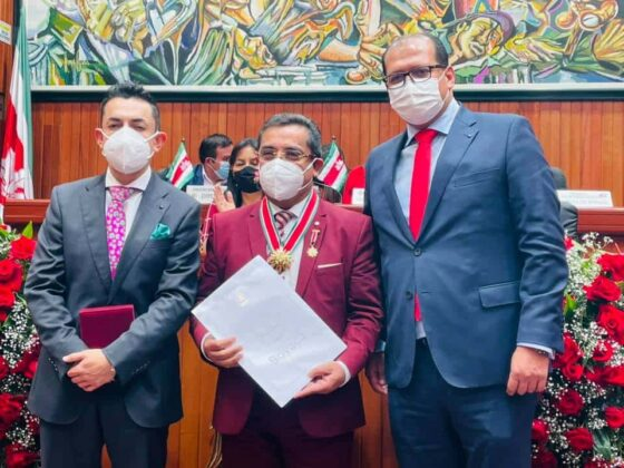 En la fotografía los diputados Héctor Josué Camacho y Alexander Serrato junto al exaltado, maestro José Ricardo Bautista Pamplona.Fotografía - Archivo particular