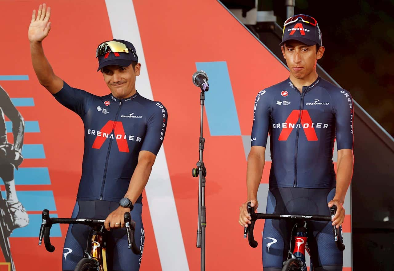 El ganador del oro olímpico en Ruta, el ecuatoriano Richard Carapaz (i), y el ganador del Giro 2021, el colombiano Egan Bernal (d), ambos del equipo INEOS Grenadiers, en el escenario durante la presentación oficial de la Vuelta a España 2021, hoy jueves en Burgos. EFE/Manu Bruque