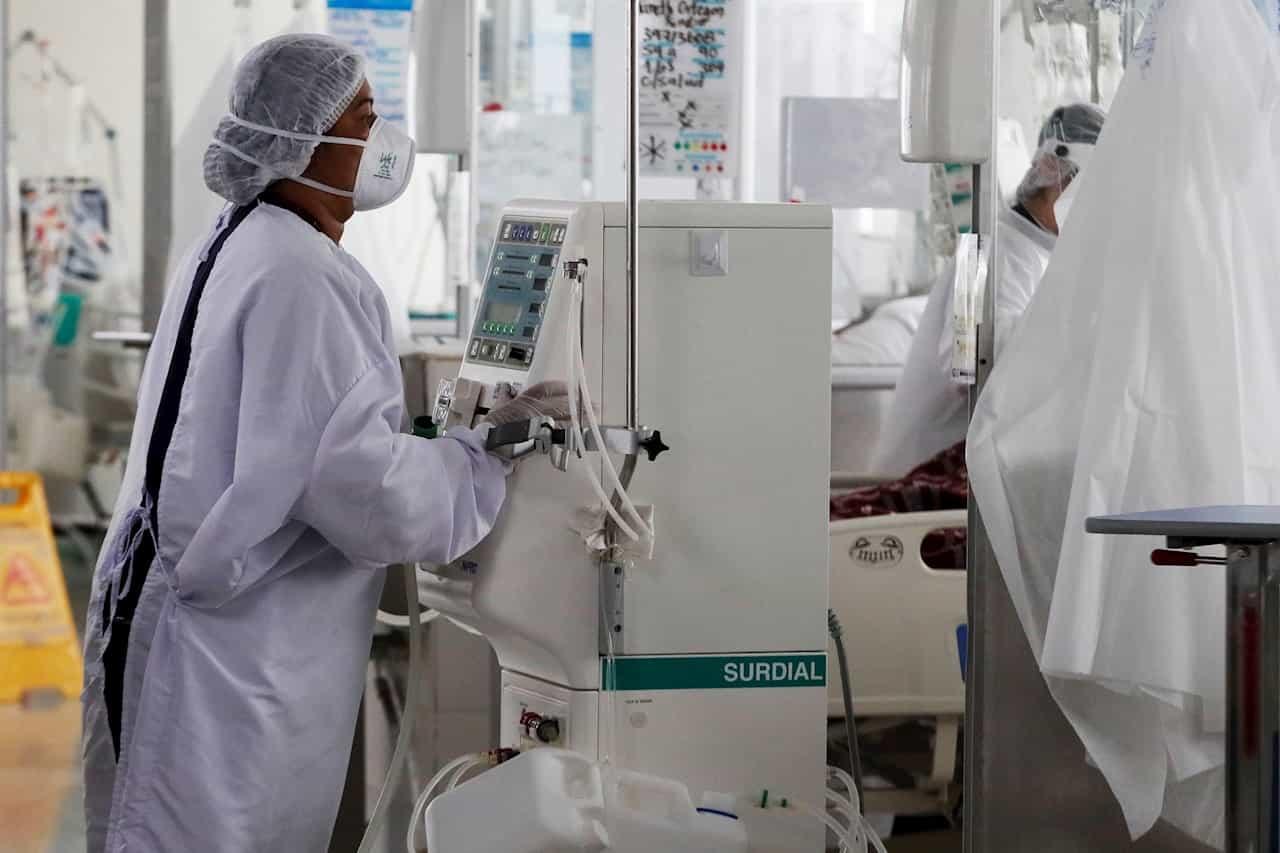 Una enfermera trabaja en una unidad de cuidados intensivos de covid-19 en Bogotá (Colombia). EFE/Carlos Ortega/Archivo