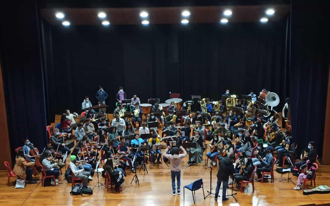 Los estudiantes de la Escuela de Música de Tunja, afinan instrumentos para el gran espectáculo de este 6 de agosto. Fotografía Archivo particular