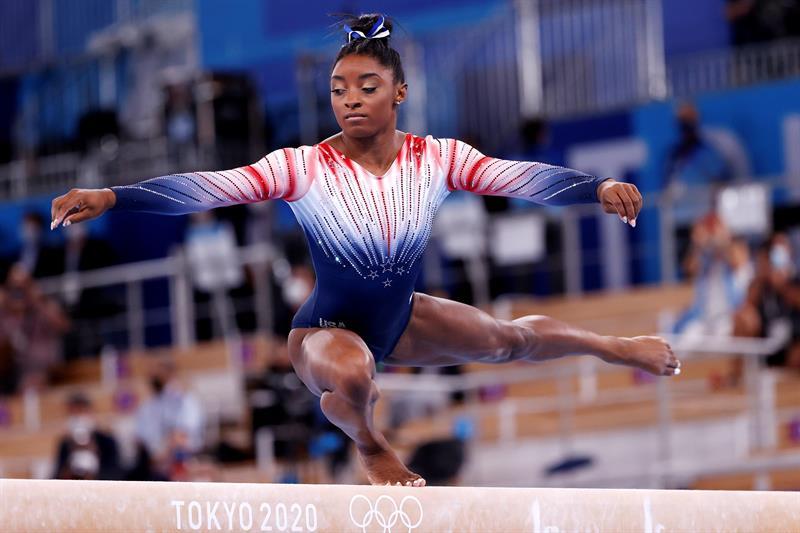 La estadounidense Simone Biles compite en la final de la barra de equilibrio femenina de gimnasia artística durante los Juegos Olímpicos de Tokio 2020, en el centro de gimnasia de Tokio, Japón, este 3 de agosto de 2021. Foto: EFE/HOW HWEE YOUNG