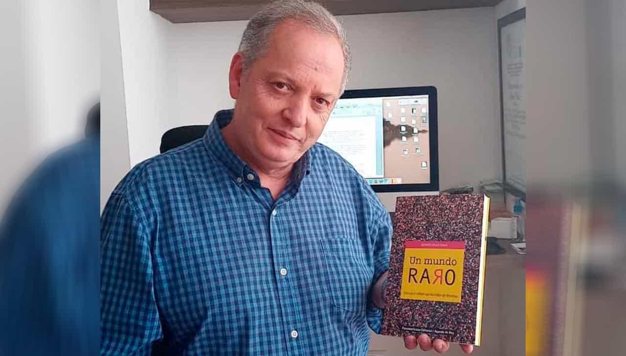 """Álvaro Vélez Isaza, el contador de historias y su libro """"Un Mundo Raro"""" Fotografía Boyacá Sie7e Días."""