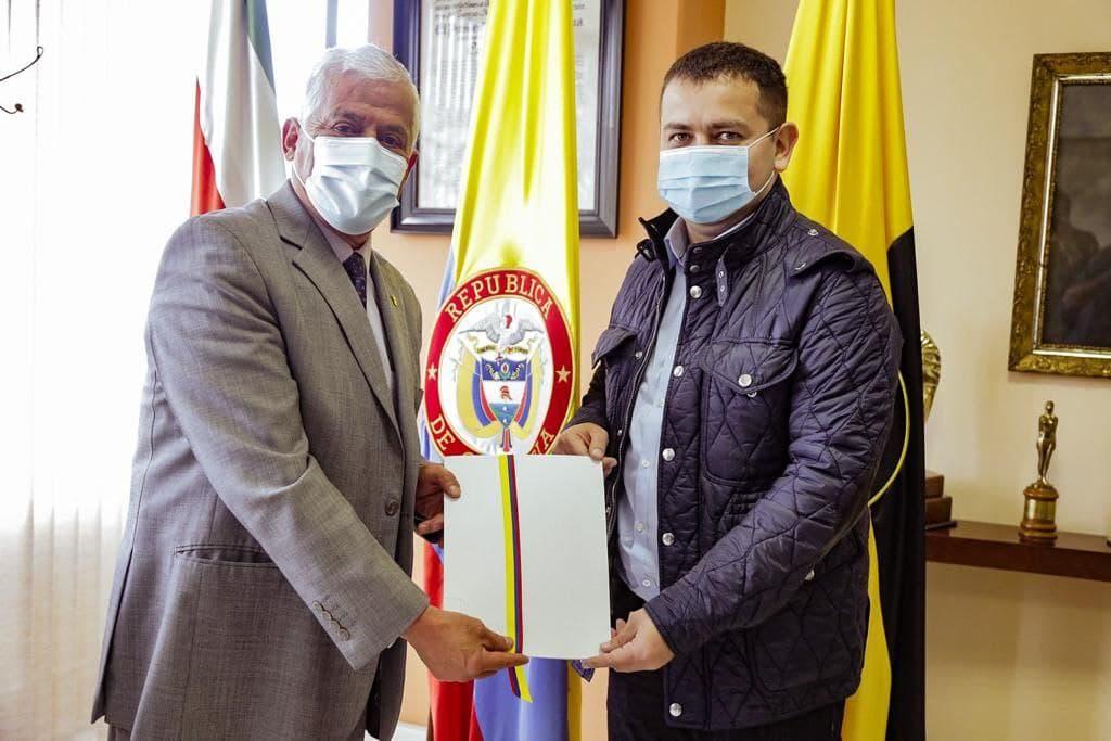 El senador Miguel Ángel Barreto le entregó ayer al rector de la Uptc, Óscar Ramírez, la ley 2122 del 2021. Foto: archivo particular