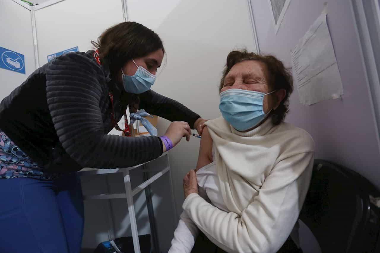 Una adulta mayor recibe una dosis de refuerzo de AztraZeneca, en un centro de vacunación contra la covid-19 hoy, en Santiago (Chile). EFE/ Elvis González