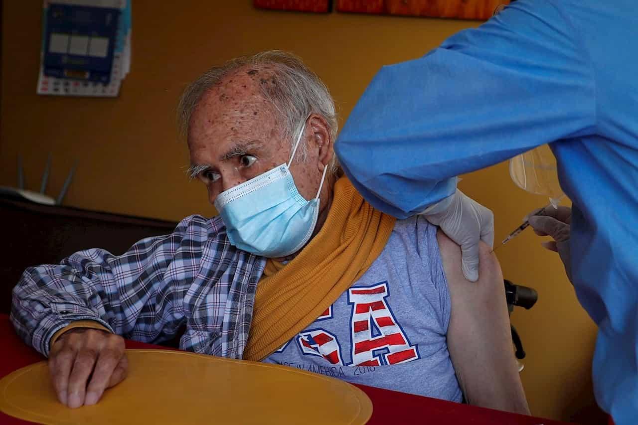 El señor Arturo Arévalo Figueroa, de 94 años, es vacunado contra la covid-19 en su domicilio en Lima (Perú). EFE/ Paolo Aguilar/Archivo