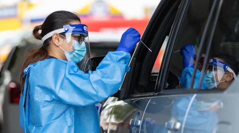 Un trabajador de la salud realiza una prueba con hisopo en una clínica de pruebas COVID-19 en Joondalup, norte de Perth, Australia. Foto: EFE