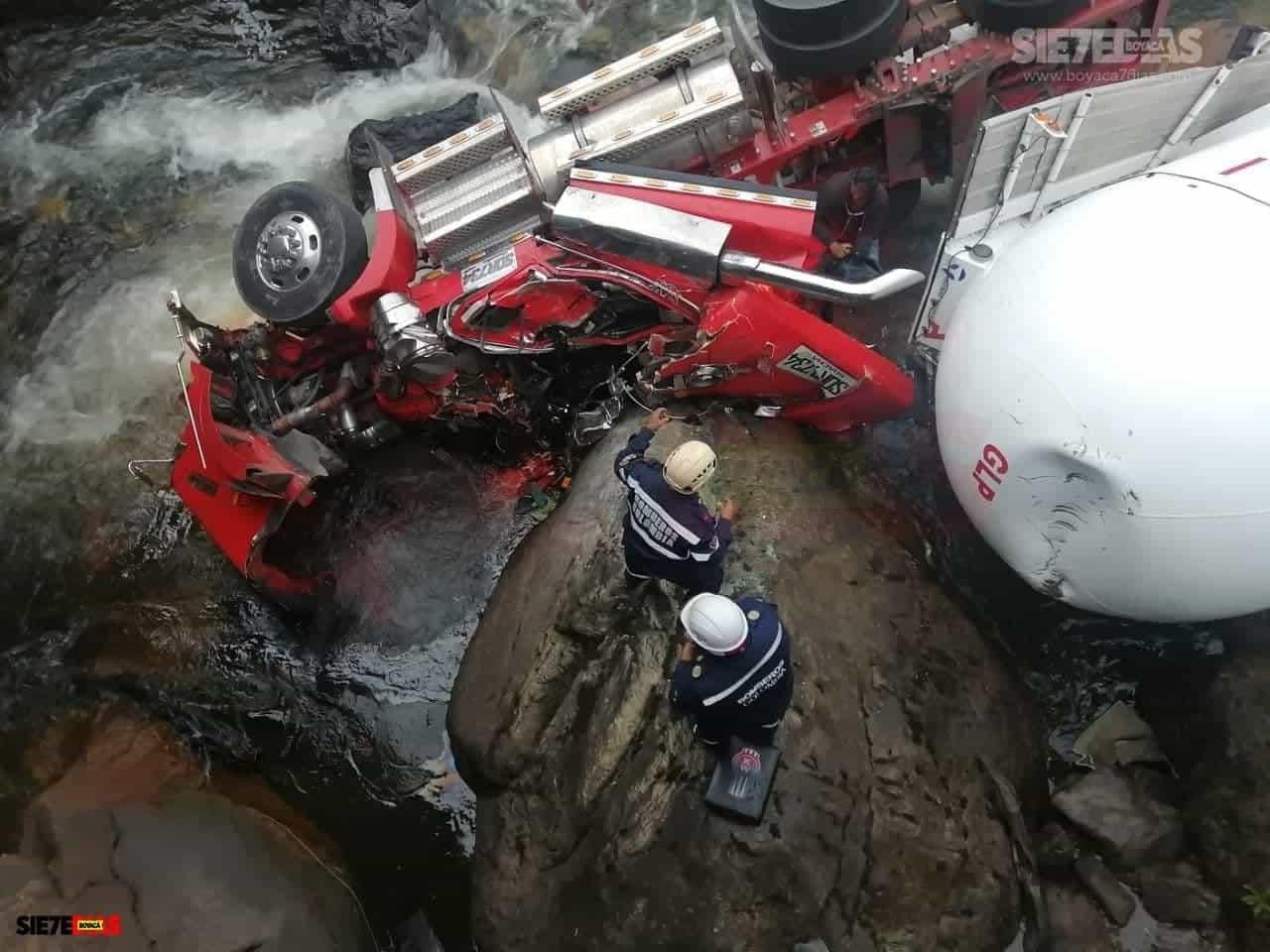 Aparatoso accidente en la vía del Cusiana dejó lesionado al conductor de una tractomula 3